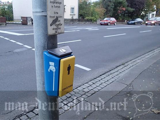 ドイツの横断歩道にある、渡る時に押すボタン