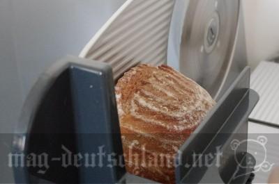 スライサーでパンを切る